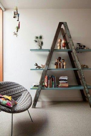 Escaleras recicladas como estanteria