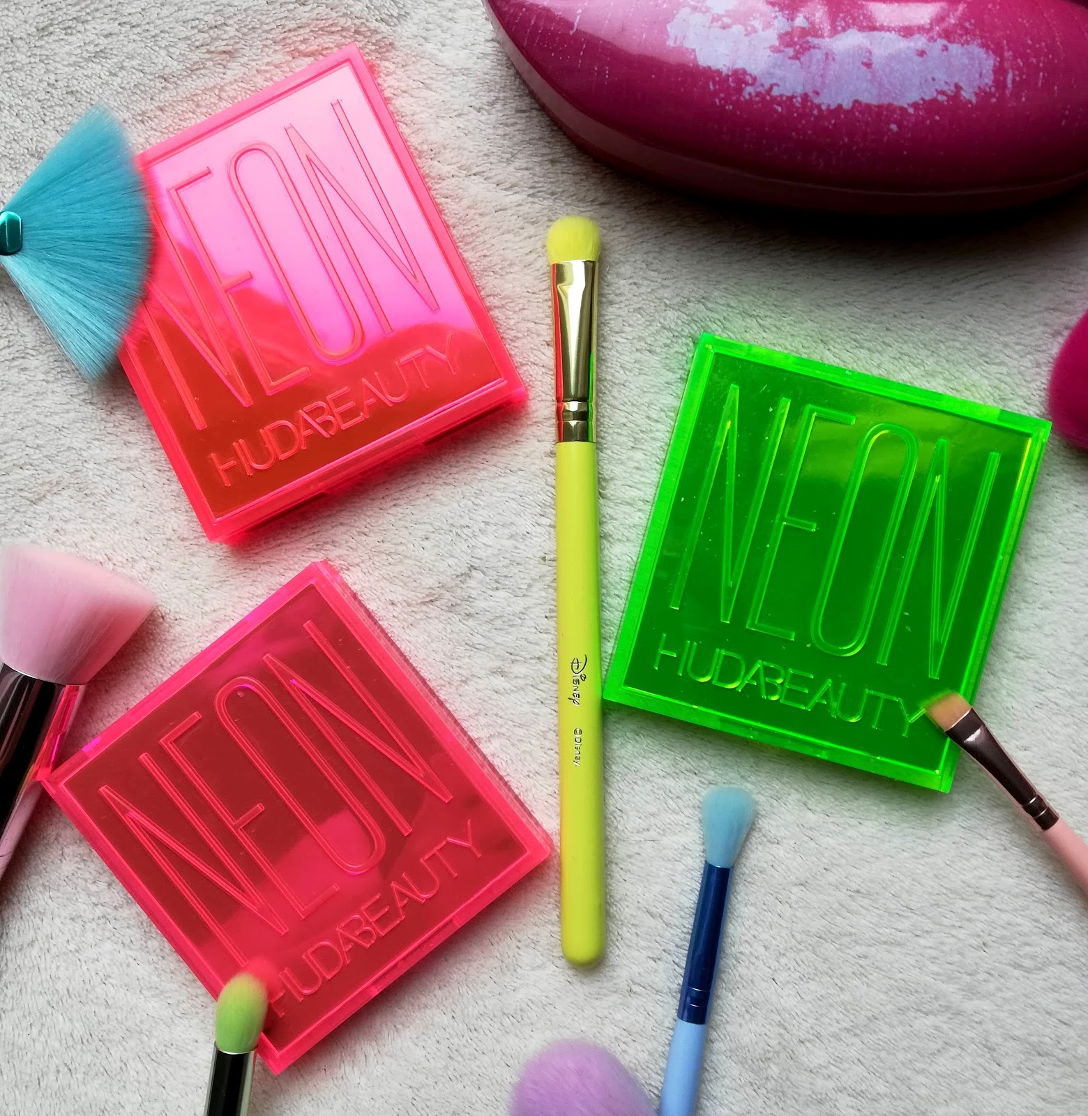 Les palettes Neon Obsession de HUDA BEAUTY / Swach & Make Up