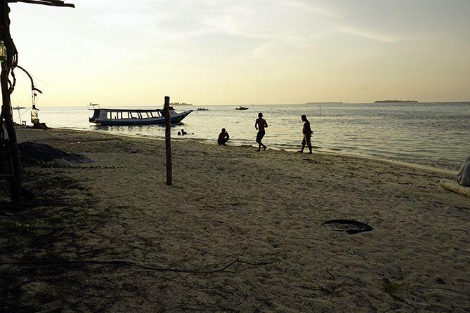 Wisatawan menikmati waktu senja di pantai