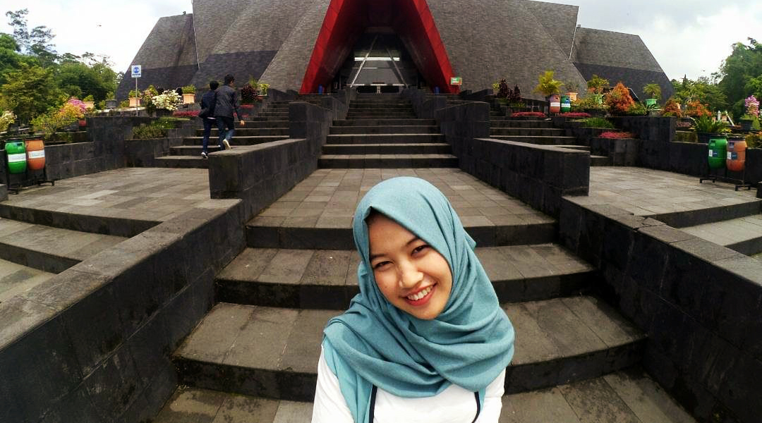 cewek cantik dan manis selfie di depan Museum Gunung Merapi