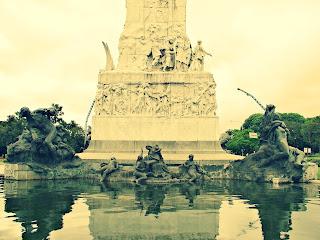 Espelho d'água em Torno do Monumento de los Españoles, em Palermo, Buenos Aires
