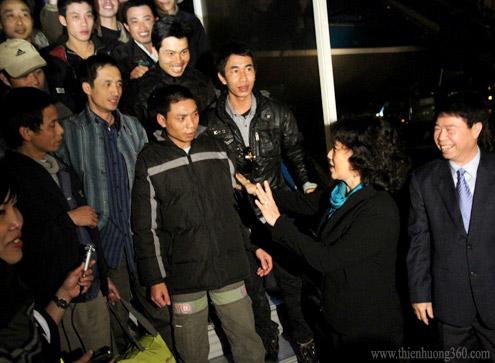 Bộ Trưởng Nguyễn Thị Kim Ngân ra máy bay đón lao động Việt Nam từ Libya về nước vào tối 1/3/2011