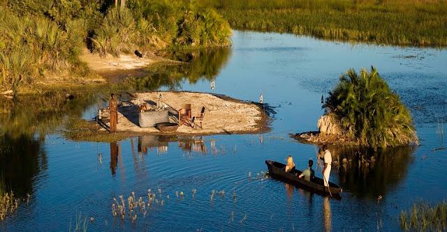 Đến Botswana, bạn cũng có thể có những trải nghiệm thú vị khi khám phá vùng đồng bằng rộng lớn trên những chiếc thuyền độc mộc. Với những chyến đi này, bạn có thể hiểu biết nhiều hơn về những nền văn minh tồn tại lâu đời trên mảnh đất Phi châu này. Những người thổ dân Bugakhwe hay Xanekwe là những chuyên gia hàng đầu trên những kênh rạch chằn chịt của vùng đồng bằng Okavango.