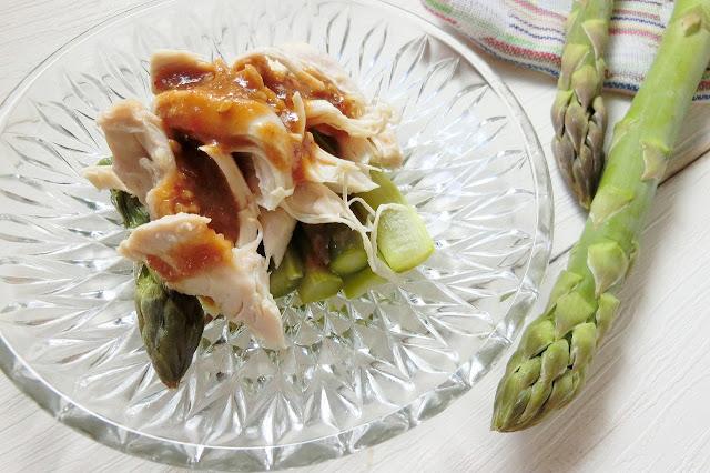 冷めたら(冷やしたら)皿に盛り付け、【ごまだれ調味料】を上からまわしかけて完成です。