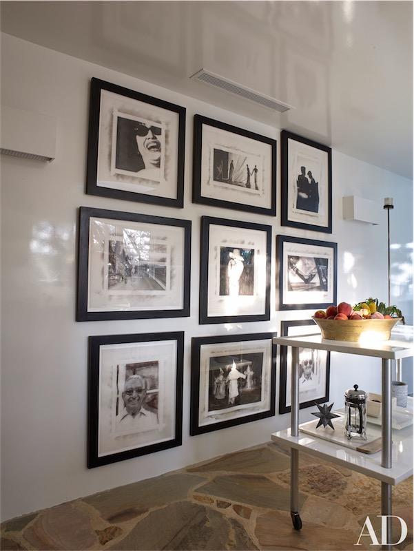 pared con marcos en la cocina chicanddeco