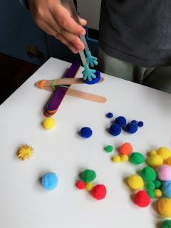 Os meus Filhos a brincar com as catapultas