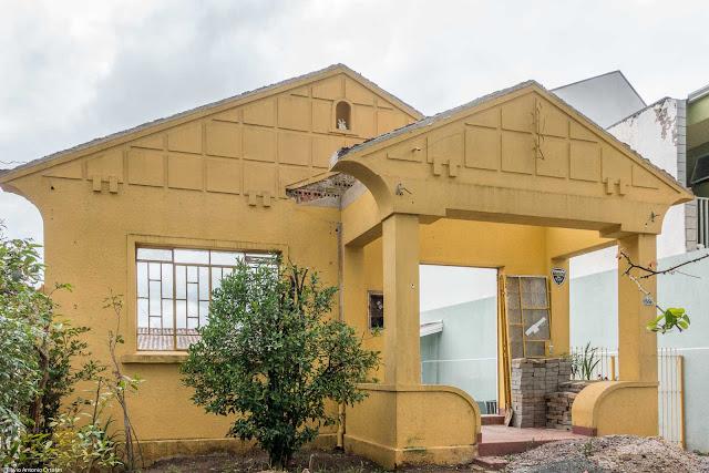 A fachada de uma casa em demolição