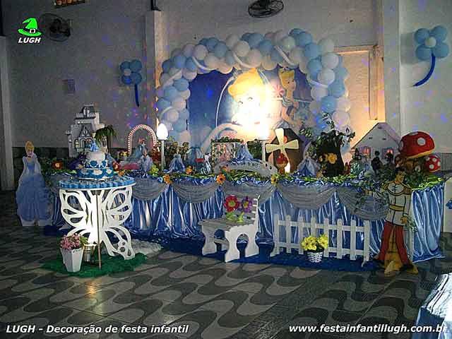 Decoração infantil tema Cinderela em mesa tradicional forrada em tecido
