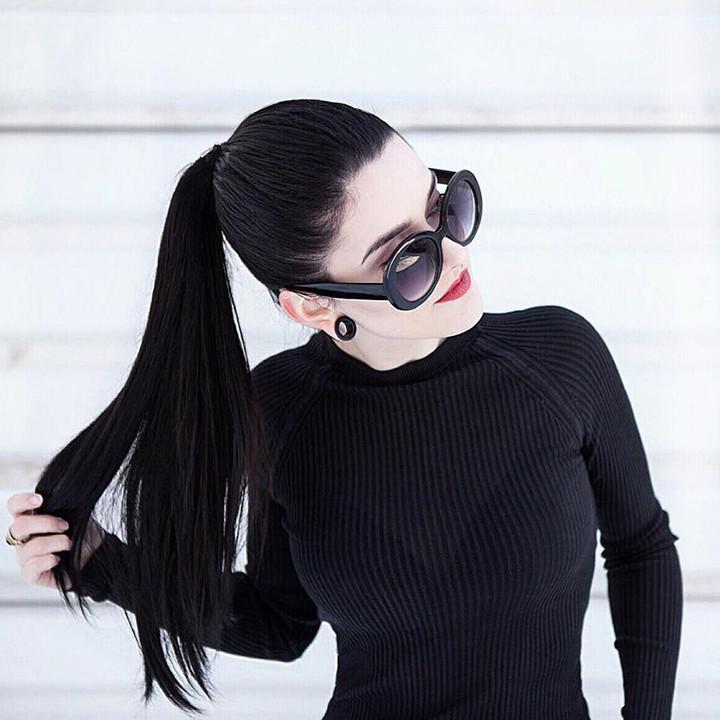 stylizacja z jedwabną bluzką l minimalizm l piercing l czerń