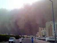 Bir şehri yutmak üzere olan toz bulutu fırtınası