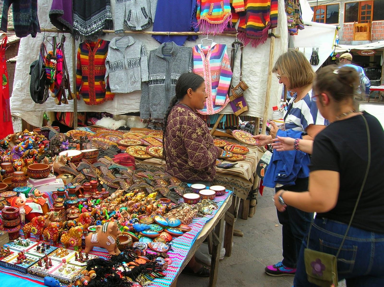 Mercadillo artesanía, Pisac, Perú, La vuelta al mundo de Asun y Ricardo, round the world, mundoporlibre.com