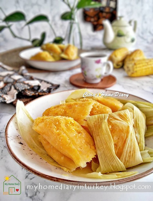 Lepet Jagung (Pudak Jagung) /Indonesian snack: Steamed Sweet Corn cake   Çitra's Home Diary. #indonesianfood #indonesisch #jajajantradisional #jajanpasar #lepetjagung #cornrecipeidea #sweetcornrecipe #resepmasakannusantara #indonesiansnack #endonezyamutfağı