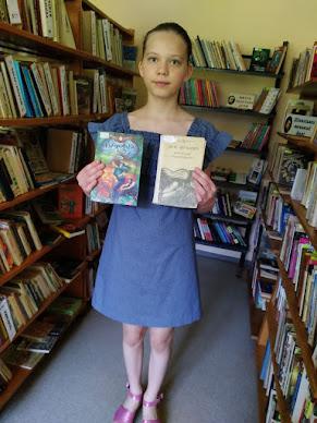 Девочка выбрала книги бібліотека-філія №4 М.Дніпро