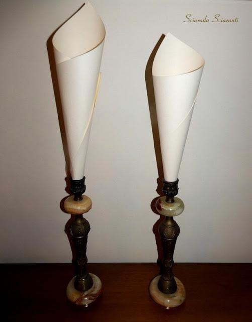 Due fogli di carta a forma di imbuto