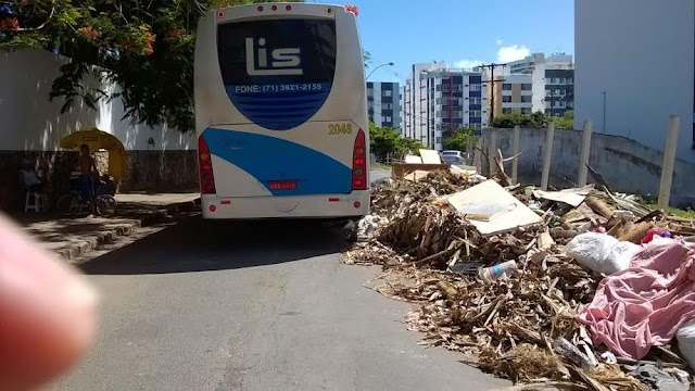 Moradores do Morro das Vivendas dividem o espaço com lixo e  cavalos