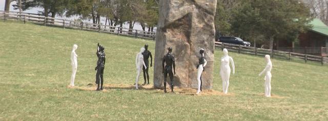 que es este Monolito en Rockbridge rodeado de extrañas figuras