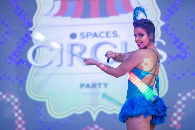 Dançarina com swing led para recepção de evento temático Circo no Rio de Janeiro.