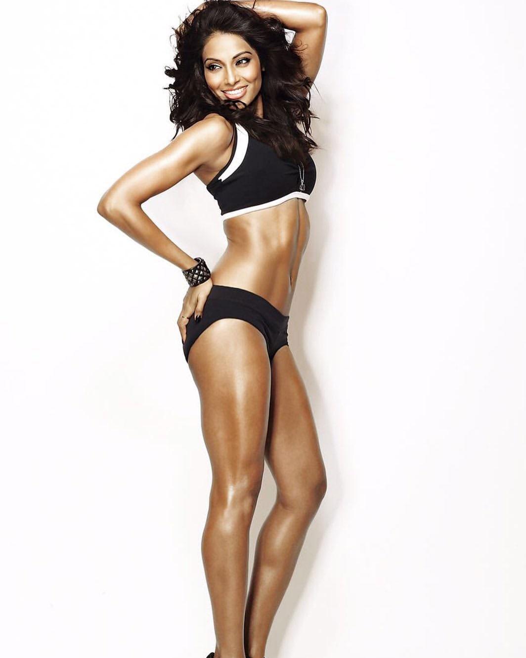 Bipasha Basu hot in black Bikini