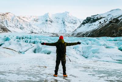 Turista haciendo senderismo glaciar en Islandia