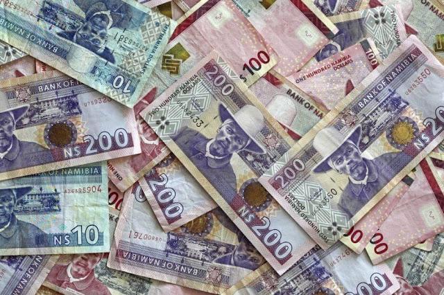"""Namibia không sử dụng dollars Mỹ vì thế khi đặt chân đến đây bạn buộc phải đổi tiền sang Namibia dollars (NAD). Ở đây dịch vụ còn rất thô sơ và chưa phát triển, tìm được chỗ đổi tiền ở Namibia chẳng hề dễ dàng với khách du lịch. Lẽ đó, bạn cần phải nhắm số tiền cần dùng (tiền ăn ở, tiền đổ xăng, chi phí lặt vặt,…) và đổi hết sang NAD để tránh tình trạng thiếu hụt """"ngân khố"""" giữa đường."""
