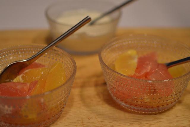appelsiini, verigreippi, maustettu jugurtti, jälkiruoka, marinoitua appelsiinia ja vergreippiä maustetulla jugurtilla