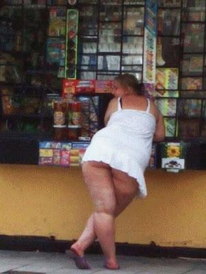 peinlich dicke Frau in zu kurzem Kleid - dicke Menschen Bilder lustig