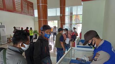 Konsisten, Tim Mobil Covid -19 Polres Tana Toraja Laksanakan Pemeriksaan Surat Rapid Test di Bandara Toraja Airport