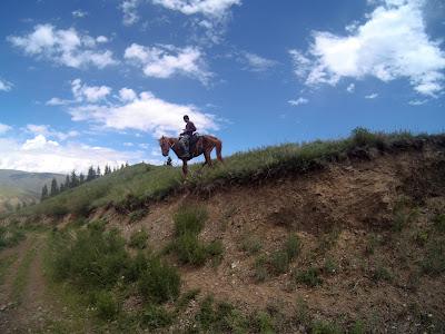 Młody kazach na koniu