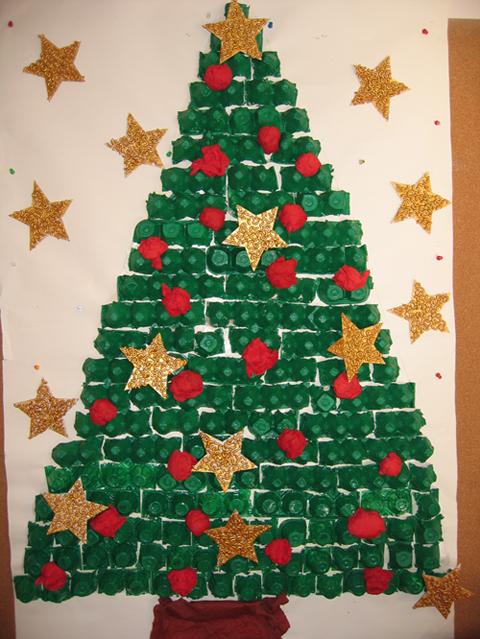 Rvores de natal feitas com caixa de ovos reciclagem e for Decorar puertas navidad infantil