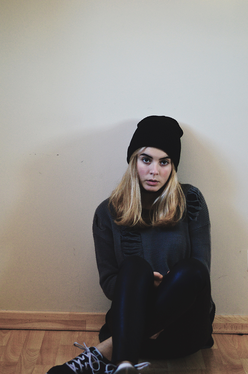 http://inthemoonlightshadow.blogspot.pt/2014/12/leather-beanie-weather.html