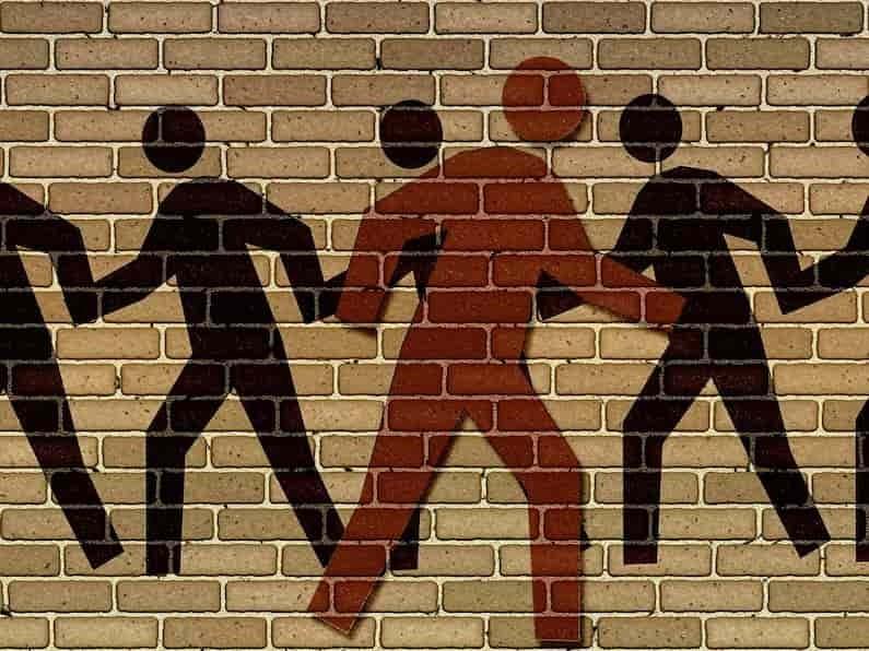 A desigualdade social é o fenômeno em que ocorre a diferenciação entre pessoas no contexto de uma mesma sociedade, colocando alguns indivíduos em condições estruturalmente mais vantajosas do que outros. Ela manifesta-se em todos os aspectos: cultura, cotidiano, política, espaço geográfico e muitos outros, mas é no plano econômico a sua face mais conhecida, em que boa parte da população não dispõe de renda suficiente para gozar de mínimas condições de vida.