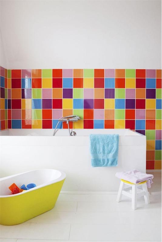 azulejos de vivos colores en el bano chicanddeco