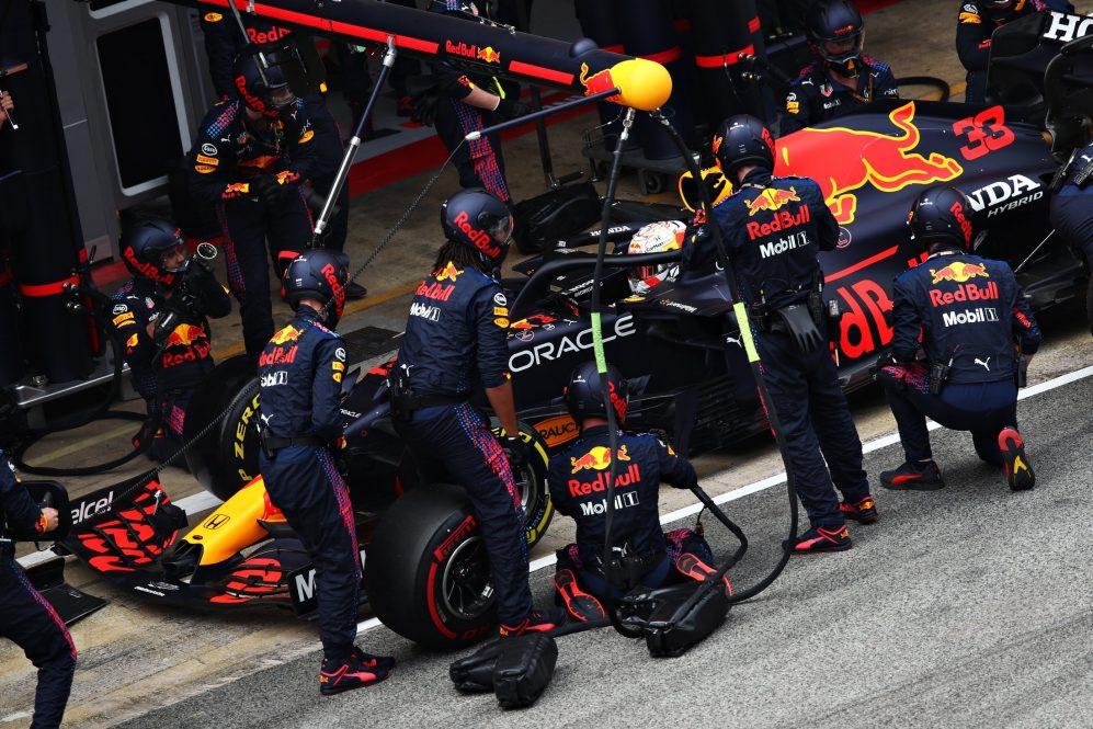 Um lento pit stop colocou Max Verstappen bem atrás de seu companheiro de equipe Sergio Perez