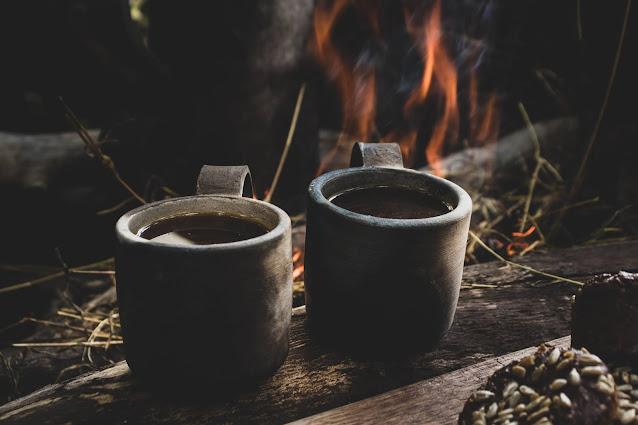 Caneca de Cerâmica com Café quente em seu interior