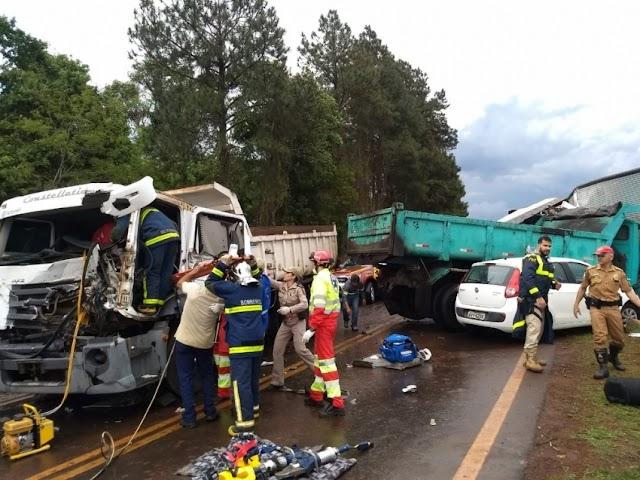 Batida entre três caminhões e um carro mata uma pessoa e fere outras quatro