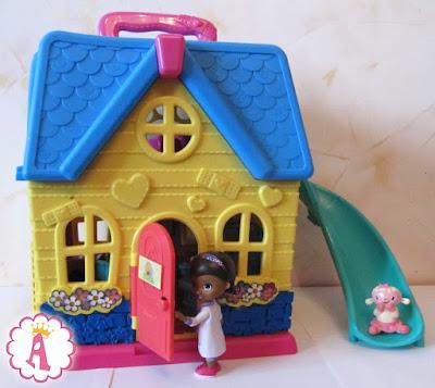 Двухэтажный дом для кукол с горкой Doc McStuffins Deluxe Clinic & Vet Pet House