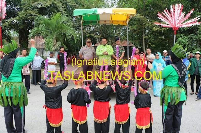 Walikota Tanjungbalai H M Syahrial didampingi Danlanal TBA dan dari Polres Tanjungbalai saat menyambut pawai anak dalam Peringatan Hari Anak Nasional 2018.