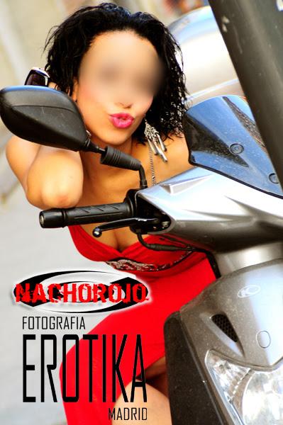escort seduciendo en una moto
