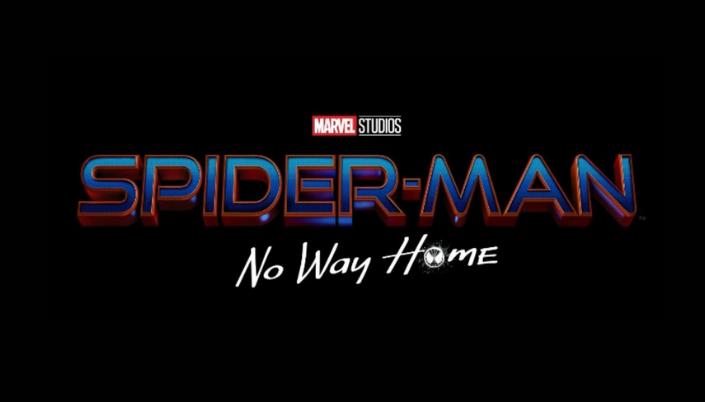 Imagem: fundo preto com o título em letras metálicas azuis com bordas vermelhas que dizem Spider-Man, e logo abaixo o subtítulo em letras brancas, como se tivessem sido rabiscadas que dizem: No Way Home, na qual o O é a máscara do Homem-Aranha, com uma teia e olhos.