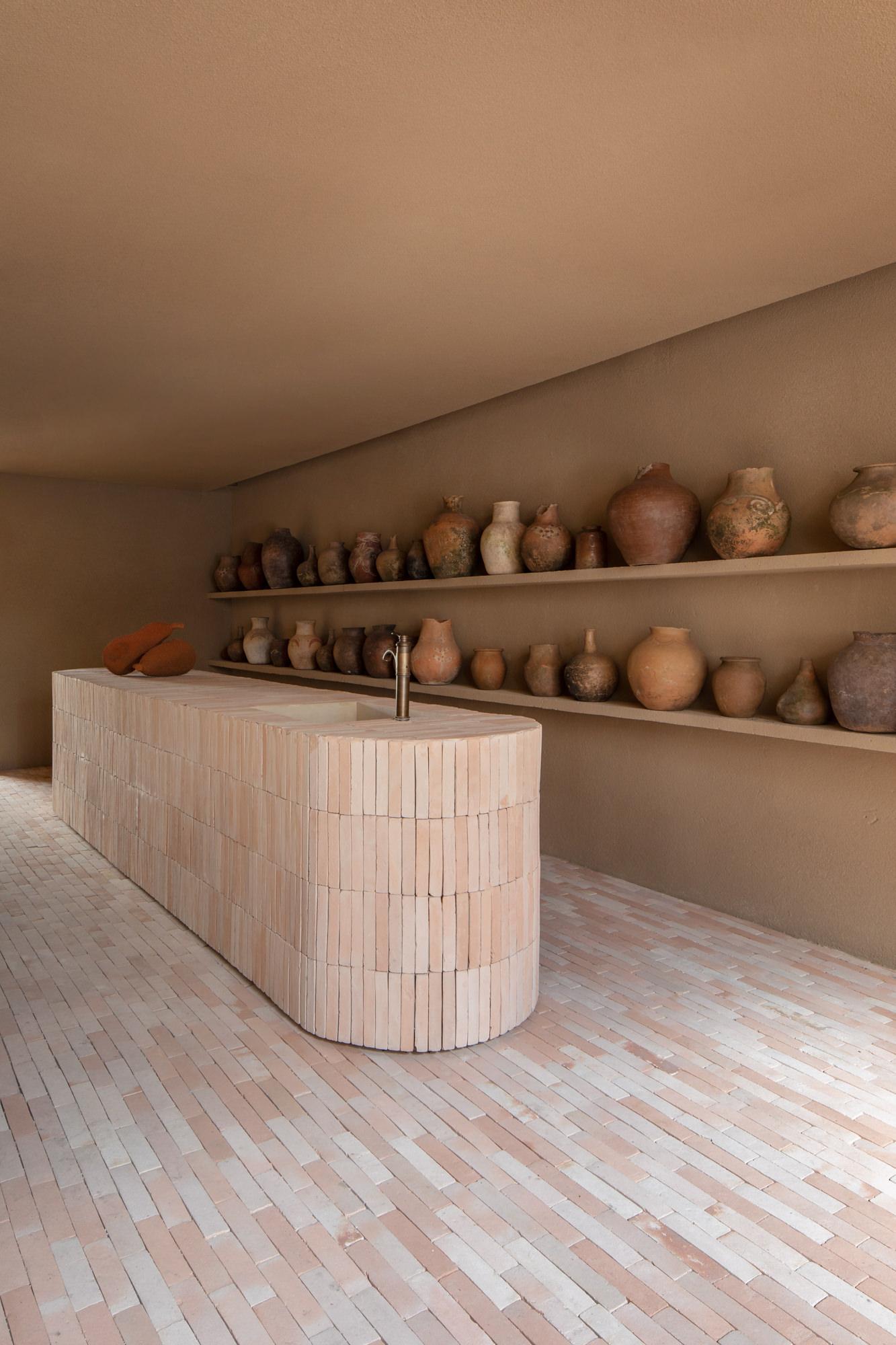 ilariafatone sol et comptoir en briques, terrecuites au mur
