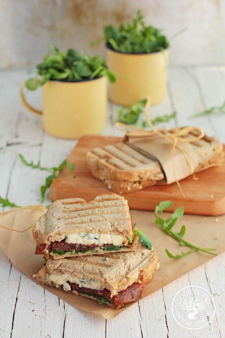 Sándwich de queso azul, membrillo y rúcula