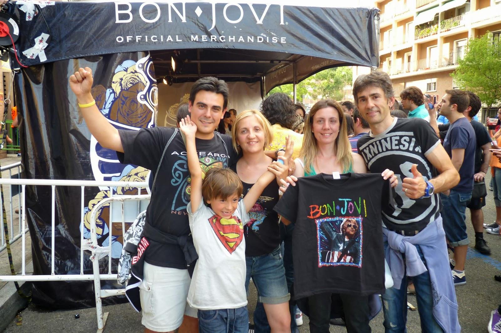 Frente al estadio con nuestros amigos de Castellón.