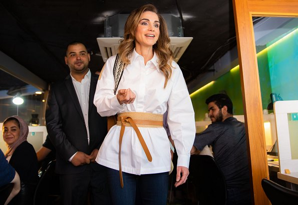 Queen Rania wore a two tone color block cotton poplin shirt by Tibi, Elena Ghisellini shoulder bag, Jennifer Chamandi pumps