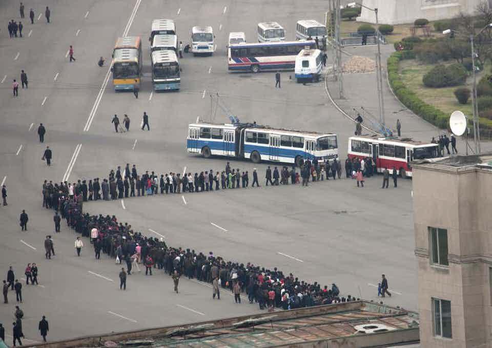 Η αναμονή για το λεωφορείο στην Βόρεια Κορέα, το οποίο δεν είναι πάντα αξιόπιστο είναι απίστευτη