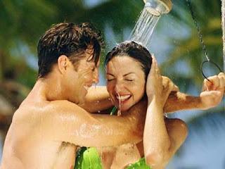 Nên hay không nên tắm trước khi yêu