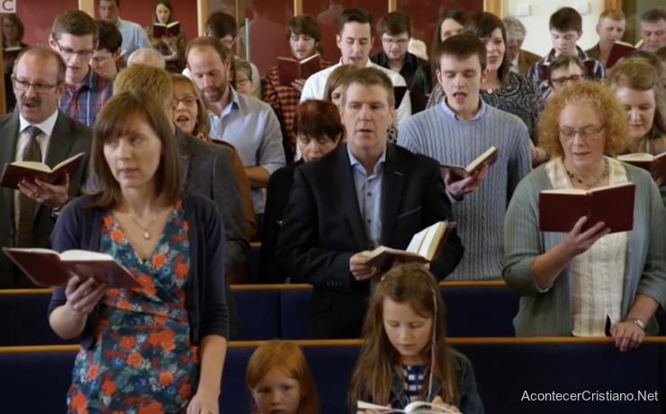 Cantando himnos cristianos en la iglesia