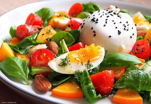 Sałatka z burratą i jajkiem