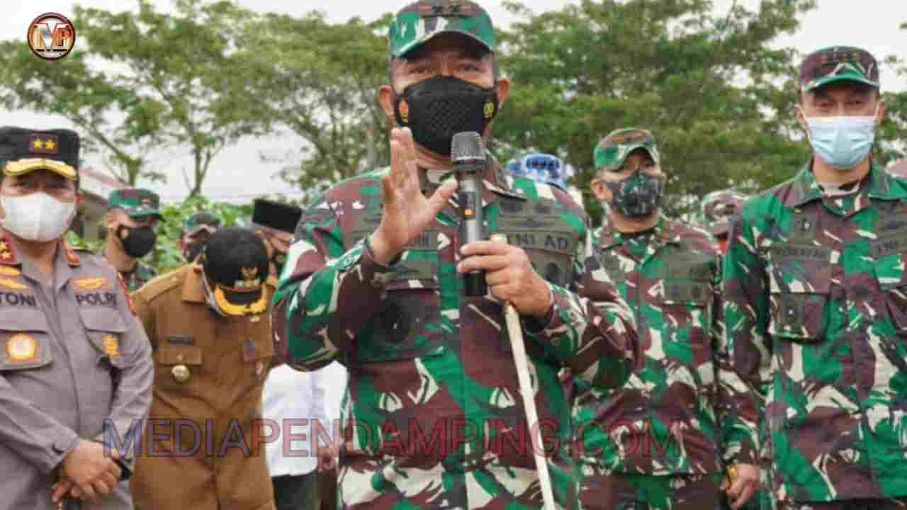 Pangdam I/BB Serahkan Bantuan Sembako dan Asupan Penambah Imun di Kota Padang