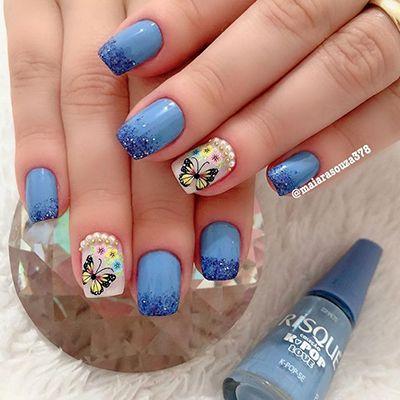 unhas azuis com borboletas
