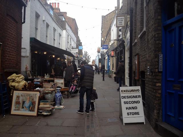 Bonita calle con tiendas de segunda mano en Londres